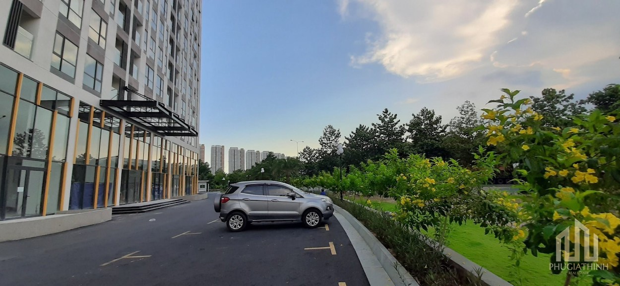 Bãi đậu xe trước căn hộ Centana Thủ Thiêm